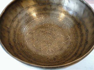 Flower of Life klankschaal 30½ cm met chakrasymbolen, inclusief klopper en kussen